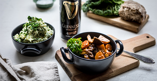 "Fira St. Patrick's Day med grön ""Irish stew"""