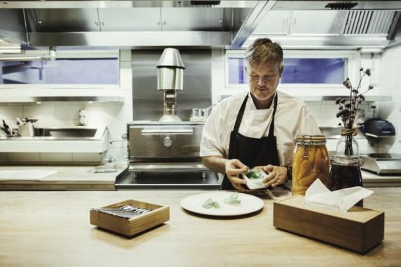 Link to Mathias Dahlgren kastar ut spisen från Matsalens kök